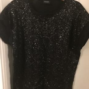 Sofie Schnoor Dance T-shirt/top. Med glimmereffekt. Lettest at se hvis man zoomer ind på billedet.  Meget pæn stand.  Fra røgfrit hjem.