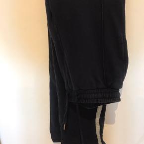 Søde bukser med lige fit Navy med en hvid sart glitter stribe Ukendt mærke Nypris 500kr Fitter stor s/m