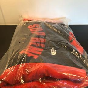 Supreme The North Face Arc Logo Denali Fleece Jacket - Red  Cond DSWT  Str L  Pris 2600,- DKK💵 Alt OG medfølger🧾  DM for mere info/pics📸 Køber betaler fragt📦 Er frisk på en HH🤝