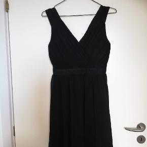 Sælger denne kjole fra Sisters Point i en str. L. Kjolen har pudder i brystet, og har ligeledes godt med elastik rundt om ryggen.  Kjolen er blevet brugt en enkelt gang til nytår, og har ikke været brugt siden. Fremstår derfor som næsten ny.