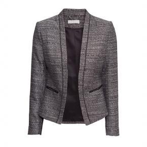 Sælger denne super fine blazer fra H&M. Brugt én gang til et bryllup og derefter renset.   Foretrækker at mødes og handle i København K men kan også sagtens sendes med Dao gennem Trendsales - pris kommer oveni :)