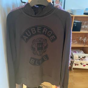 Sweater, mørkeblå med sort krave og tryk. Brugt få gange. Har lynlås i ryggen.