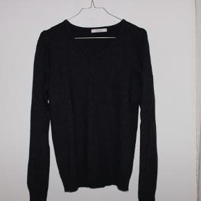 Sælger denne lækre mørkeblå sweater fra VILA i str S. Den er brugt 2 gange, og fejler derfor absolut intet.  Nypris var omkring 200kr. Den sælges til 100kr.