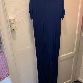 Mørkeblå, lang t-shirtkjole fra Cos med slids langs benet.