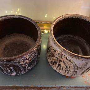 2 stk flotte retro keramik urtepotter, signeret Henri CN i bunden. Potterne er i perfekt stand og uden skår. Potterne har målene; 1:Højde 10,5 cm og diameter 14 cm 2. højde 9,5 cm og diameter 14 cm. Samlet pris 175,-kr