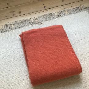 Helt ny 'Mono' plaid fra Hay. Mål 180x130.