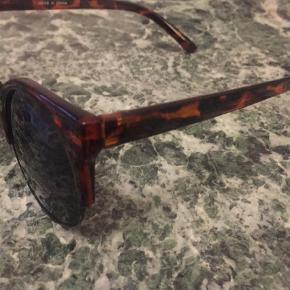 Varetype: Solbriller Størrelse: ? Farve: Brunlig Oprindelig købspris: 300 kr.  Brugt nogle få gange. Har meget få ridser i glasset. Men ikke nået man ser, når man går med brillen. Købt på ASOS men får dem ikke brugt.