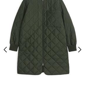 Quiltet jakke i str 42. Aldrig brugt, men tag fjernet. Oversize model fra dette efterårs kollektion. Nypris 790,-  Pris 400,- pp Bytter ikke.