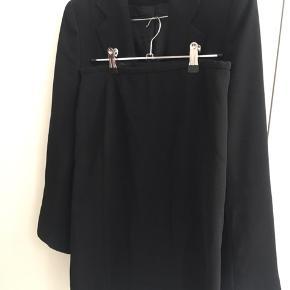 Smukt jakkesæt med pencil skirt og figur syet habitjakke. Str 8 svarende til xs/s. Perfekt til kontor brug . Fremstår som helt nyt :-)