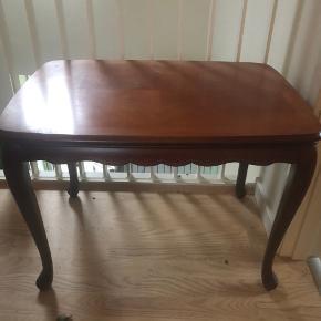 Fint lille bord i rosentræ  H : 50 B : 49 L : 70