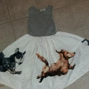 Kjole med løbende hunde. Så fin!