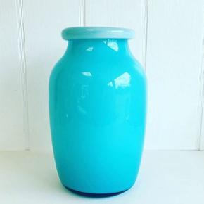 Smuk vase i turkisfarvet glas. Mål: H: 20 cm. Den koster 75 kr. #glasvase #turkisfarvetglas