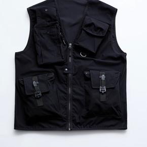 Nærmest hel ny utility-vest fra Zara.  Str: M  Er åben for bud