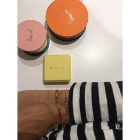 Anni Lu armbånd. Gylden/orange. Købspris i butik: 350kr  ÅBEN FOR BUD - BYTTER IKKE  🦋 MP: 150kr inkl fragt (jeg betaler) 🦋