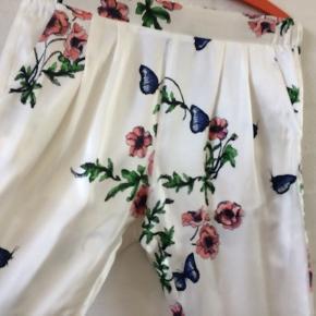 Smukkeste silkebuks med sommerprint - så smuk til hverdag med en top eller til fest med en blazer og en hæl - de er så fine - knækket hvid bundfarve