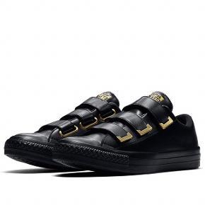 Chuck taylor all star sneakers i sort læderligende med guld detaljer.  Som nye, str. 40  Np. 650 kr