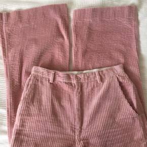 Fløjlsbukser i fin lyserød farve. Vidde i bukseben.
