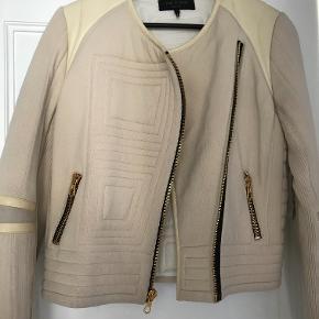 """Super cool jakke fra Rag&Bone. Standen er sat til """"god men brugt"""" - den er et par år gammel, men kun brugt meget få gange. Den har et cool look med læder detaljer. Det er en str. L, men jeg er selv en S/M - den passer fint med et lidt """"oversize look""""."""