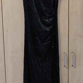 Super flot kjole til brug til evt nytår. Brugt 1 gang. Sælges da den er blevet for stor  Np 600