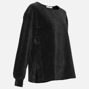 Fed sweatshirt i fløjl med slids i siderne.  Giv et bud