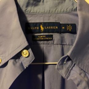 Blå/lilla Ralph Lauren skjorte, str M., slim fit. Meget fin stand. Næsten aldrig brugt.