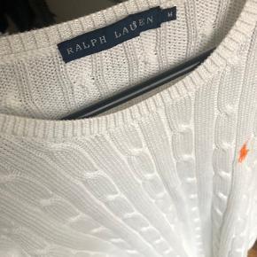 TIRSDAGS TILBUD !!! 350,- pp   Rigtig lækker sweater / strik  Hvid med orange logo  Perfekt til jeans  Str M  Købt i foråret til 1099,- kr Sendes med DAO på købers regning   Prisen er fast - bytter ikke