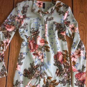 Så smuk og let skjorte bluse  I lækre efterårs farver  Brugt få gange