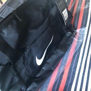 Nike taske  42L    Oprydningssalg, tag gerne et kig på mine andre annoncer - sælges billigt Kan sende på købers regning, hvis der købes for mere en 50kr 😊