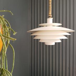 Smuk retro Form-Light pendel. Med original hæve sænke ledning på. Passer ind i alle hjem:)