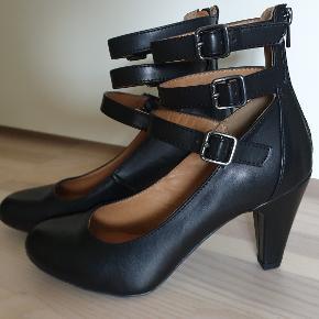 Graceland. sort højhælet sko med tre remme. lynlås bagpå. hælhøjde 8 cm. prøvet på en gang.