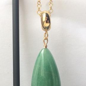 Forgyldt sølv halskæde med grøn jade dråbe. Længde 50 eller 60 cm