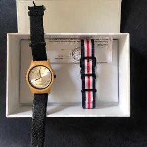 Dansk design (se beskrivelse på sidste billede)  Træ armbåndsur fra Agust Denmark   Brugt få gange. Original kasse og vejledning medfølger samt ekstra urrem i maritime farver: blå/rød/hvid