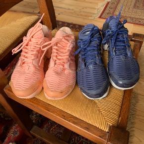 Adidas Climacool sneakers (fersken).  Brugt og med diverse mindre alm brugsspor, men pænt velholdte.  Få skrammer (stødskrammer) ved skosnuden.  220kr.  ——————————————  Adidas Climacool sneakers (blå).  Brugt og med diverse mindre alm brugsspor, men pænt velholdte.  220kr.  ——————/————————   Dejlige luftige sko.  Se de to sidste billeder for nøjagtig oplysninger om størrelse.   De føles ens i størrelse.