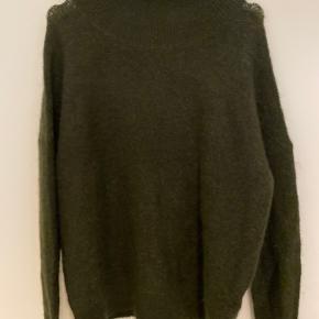 Lækker grøn sweater med krave. Aldrig taget i brug.   Str xs/s men passer pænt en small og medium   34% mohair, 34% uld. 27 % polyester og 5 % elastane
