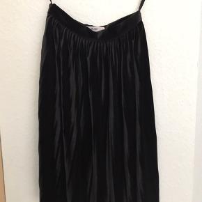 Pliceret nederdel fra object i velour. Passes af en XS-M (34-38).  Brugt en enkelt gang, men uden brugsspor eller mærker.