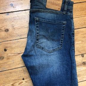 Bukser fra Originals by Jack & Jones Slim Fit. De er størrelse 29/30. Kan afhentes på Østerbro eller sendes på købers regning 😊Bud er velkomne