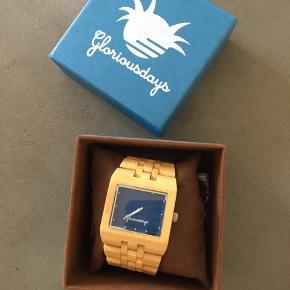 Ur som jeg har fået i Gave. Købt i UK.   Mærket hedder Gloriousdays  Uret er af Bambus.  Har ligget i æsken altid.   Skal have nyt batteri.