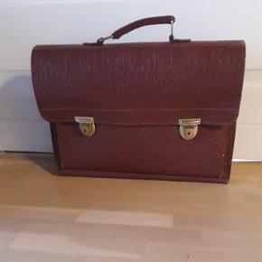 Gammel skoletaske. Måler 33 x 44 cm