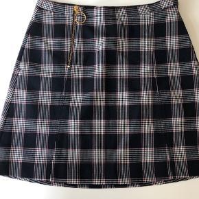 Fin nederdel som jeg har købt herinde, men er ikke kommet i brug Længde 46 cm Liv 76 cm