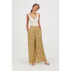 Sælger disse vide bukser fra H&M. Str 36. Ny pris var 449,-. De er højtaljet og har vide, lige ben. Bukserne har sidelommer. De er i 100% viskose og falder så smukt på. Den perfekte sommerbuks. #trendsalesfund