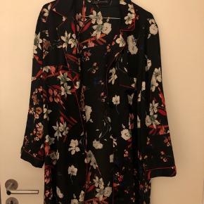 Halvlang skjorte med blomster fra Zara.