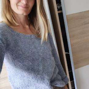 Dejlig sweater i blålige nuancer strikket i uld. Den er lidt oversize så kan også passe en M.