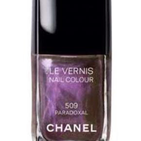 """Varetype: Chanel - 509 PARADOXAL  Smuk farve fra Chanel. Neglelakkanten går lige under """"Le VERNIS"""". Toplåg medfølger, æsken følger ikke med.  Se også alle mine andre annoncer!   Søgeord: nailpolish neglelak neglelakke lilla Chanel nailcolour"""