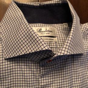 Næsten ubrugt skjorte fra Stenstrøm str 42 fitted body ! Så vær opmærksom på at det er modellen lidt smallere end standard/regular fit.