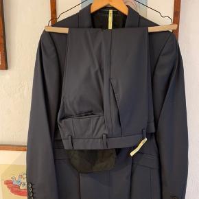Super fedt strellson jakkesæt i str. 44. Hele sættet er kun brugt 1 gang til min søns egen konfirmation. Sættet er nyrenset. Pris er pp