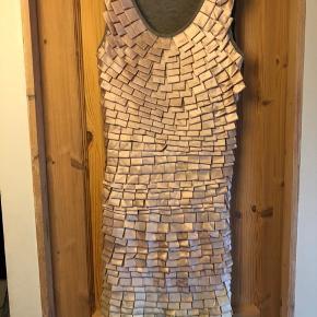 Sælger denne flotte kjole fra vero moda jeans med en koral/beige farvet frynser på byd gerne