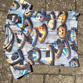 Super cool t-shirt str 128 i rigtig fin stand.