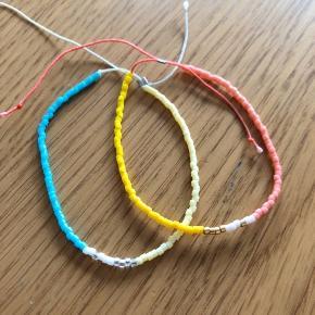 By Thiim ældre kollektion.  Fine tynde perle armbånd, der kan reguleres.  Samlet pris 150 kr - enkeltvis 100 kr.