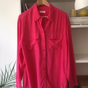 Den klassiske signature skjorte fra Equipment  i pink/magenta sælges, da jeg ikke får den brugt. Et par af knapperne har fået lidt slid (se fotos), men ellers er den i rigtig fin stand. Kan ses og prøves på Islands Brygge, Kbh S.   Bytter ikke. Kom med et bud.   Ønskes TS-handel betaler køber gebyrerne.