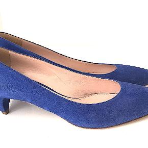 Sød Miu Miu pumps i blåt ruskind, str. 36,5, brugt få gange, eneste tegn af brug er på sålerne. Hælhøjde 5 cm. Kommer med skopose.